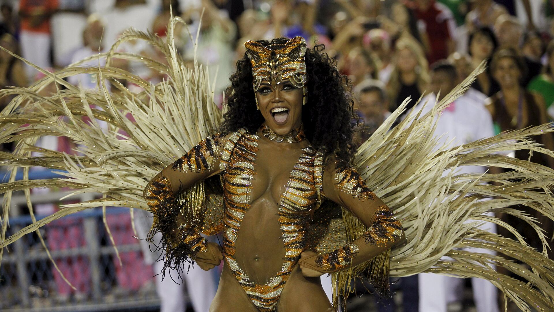 Mangueira samba school's Drum Queen Evelin performs during the carnival parade at the Sambadrome in Rio de Janeiro - Sputnik Mundo, 1920, 12.02.2021