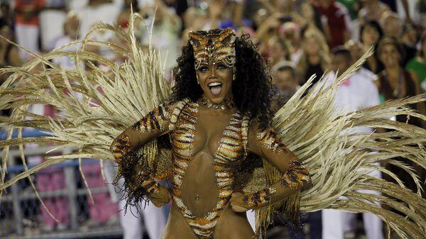 Mangueira samba school's Drum Queen Evelin performs during the carnival parade at the Sambadrome in Rio de Janeiro - Sputnik Mundo