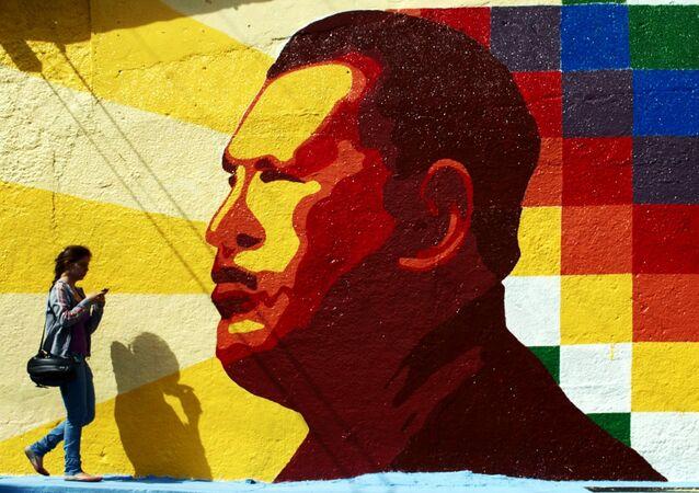 Graffiti con un retrato de Hugo Chávez