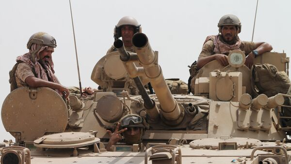 Soldiers stand on a tank of the Saudi-led coalition deployed on the outskirts of the southern Yemeni port city of Aden on August 3, 2015, during a military operation against Shiite Huthi rebels and their allies.  - Sputnik Mundo