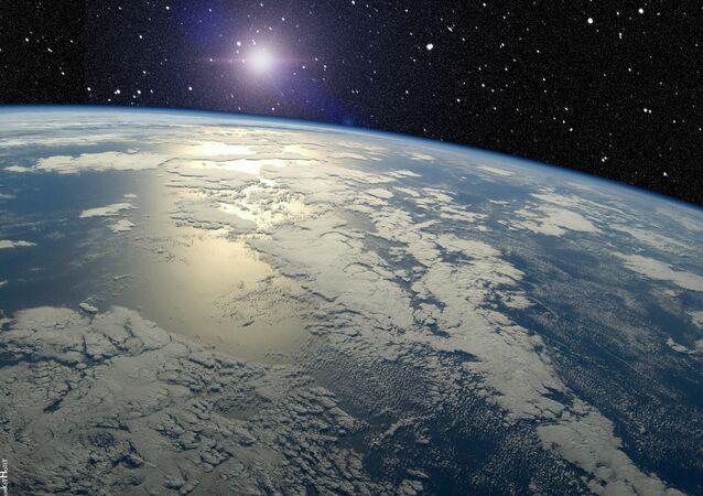 Un meteorito pasa cerca de la Tierra (archivo)