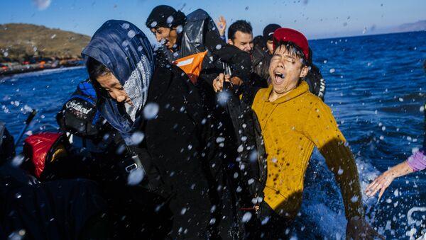 Refugiados llegan a la isla de Lesbos - Sputnik Mundo