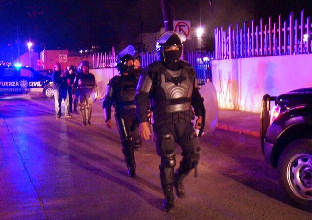 Policías mexianos fuera de la cárcel Topo Chico