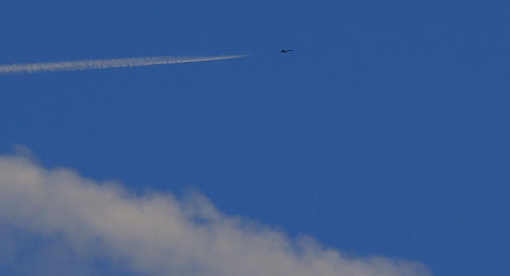 Un caza turco vuela cerca de la frontera con Siria