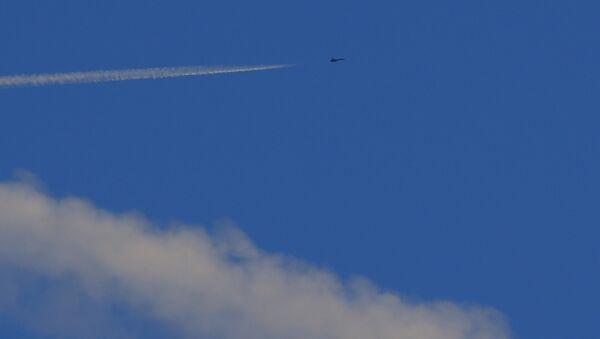 Un caza turco vuela cerca de la frontera con Siria - Sputnik Mundo