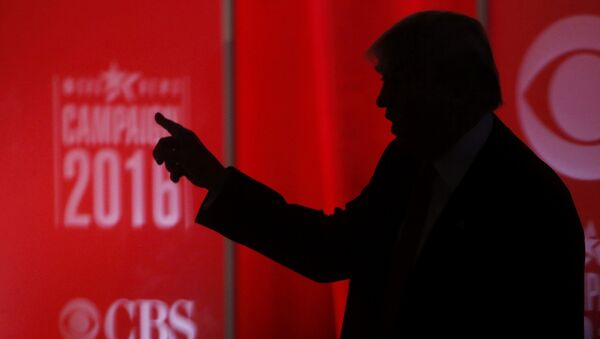 Republican U.S. presidential candidate businessman Donald Trump speaks to someone offstage during a commercial break at the Republican U.S. presidential candidates debate sponsored by CBS News and the Republican National Committee in Greenville, South Carolina February 13, 2016. - Sputnik Mundo