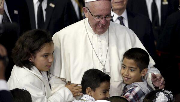 Papa Francisco con niños - Sputnik Mundo