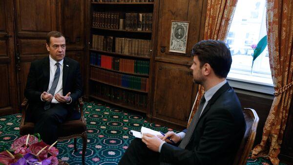 Dmitri Medvédev, el primer ministro de Rusia, en una entrevista con la revista Time - Sputnik Mundo