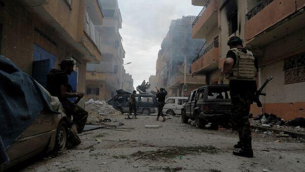 Libia hoy día ha dejado de existir como un país íntegro como resultado de la intervención de la OTAN en el conflicto interno de 2011. Actualmente su territorio se encuentra dividido entre autoridades impuestas desde el exterior, gobiernos autoproclamados y una serie de grupos extremistas. - Sputnik Mundo