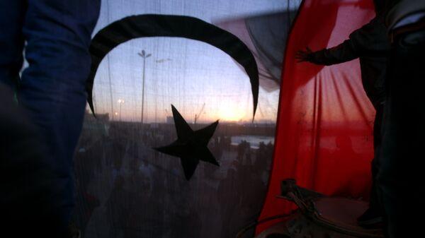Bandera antigua de Libia durante las protestas en Bengasi en 2011 - Sputnik Mundo