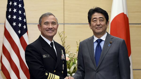 Shinzo Abe, primer ministro de Japón (dcha.) y Harry Harris, comandante de las fuerzas estadounidenses en el Pacífico - Sputnik Mundo