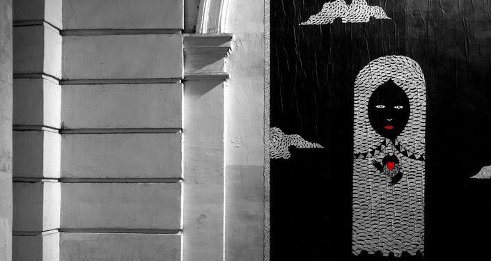 Obra de Fred Le Chevalier, artista callejero de París, contra el fondo de su obra dedicada a los atentados terroristas en París de noviembre de 2015
