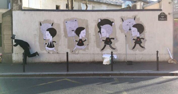 Obra de Fred Le Chevalier, artista callejero de París, contra el fondo de su obra dedicada a los atentados terroristas en París de noviembre de 2015 (1)