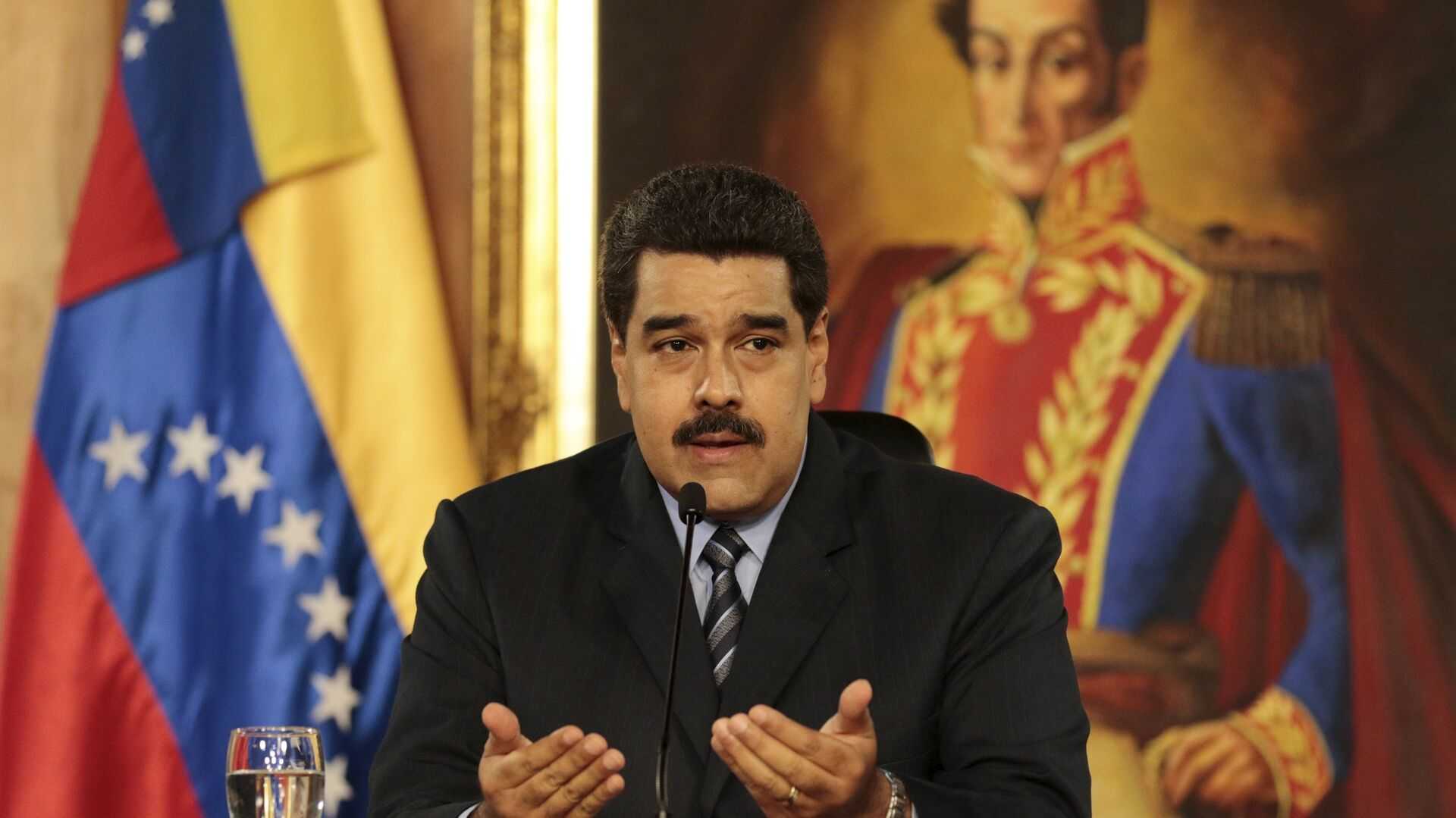Venezuela's President Nicolas Maduro speaks during a meeting at Miraflores Palace, in front of a painting of South American revolutionary hero Simon Bolivar, in Caracas, in this handout picture provided by Miraflores Palace on February 17, 2016.  - Sputnik Mundo, 1920, 21.05.2021