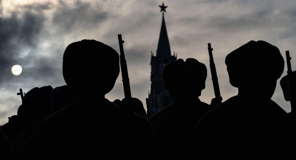 Soldados rusos en la Plaza Roja en Moscú