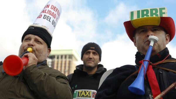 Manifestación de protesta de taxistas españoles en Madrid - Sputnik Mundo