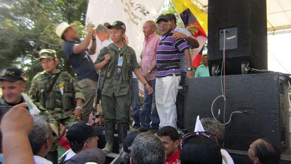 Guerrilleros de las FARC hacen campaña por la paz en plaza pública de Colombia (archivo) - Sputnik Mundo