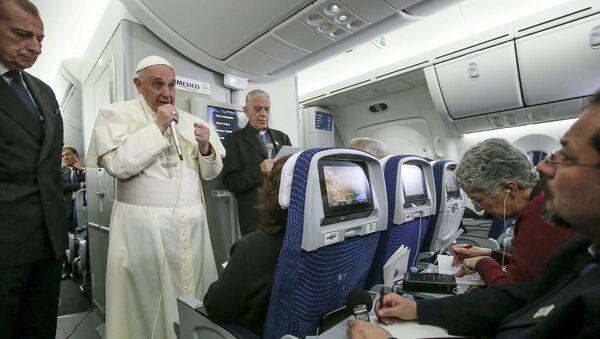 Papa Francisco durante el encuentro con medios a bordo del avión papal - Sputnik Mundo