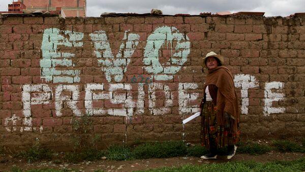 Una mujer boliviana en las afueras de La Paz, Bolivia - Sputnik Mundo
