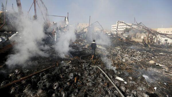 Bombardeos de la coalición árabe en Yemen - Sputnik Mundo