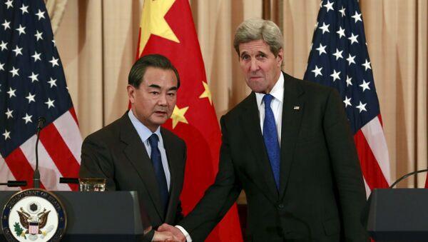 Wang Yi, ministro de Exteriores de China, y John Kerry, secretario de estado de EEUU - Sputnik Mundo