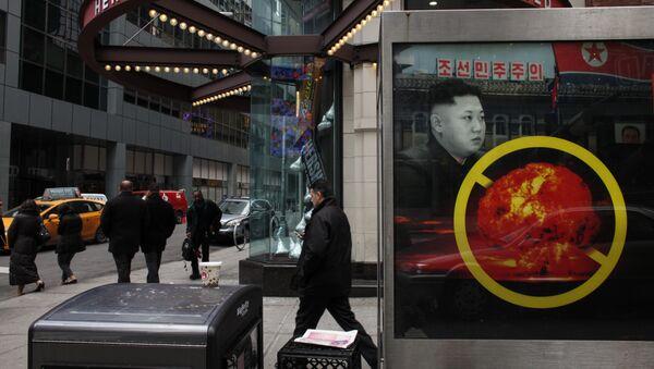 Un cartel contra el desarrollo de armas nucleares por Corea del Norte (archivo) - Sputnik Mundo