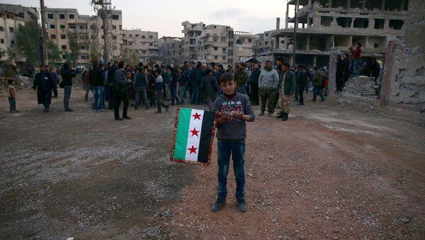 Un niño con la bandera de la oposición siria - Sputnik Mundo
