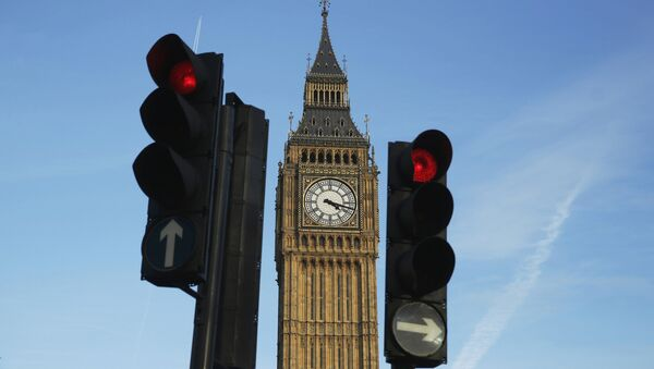 Red traffic lights stop traffic in front of the Big Ben bell tower at the Houses of Parliament in London, Britain February 22, 2016.  - Sputnik Mundo