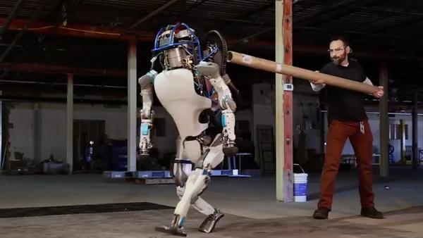 El robot humanoide Atlas, víctima de violencia por sus propios diseñadores - Sputnik Mundo