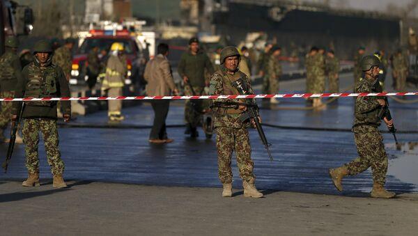 Los soldados afganos cerca del sitio del ataque suicida en Kabul - Sputnik Mundo