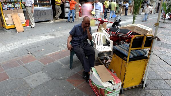 A shoeshiner awaits for customers on May 25, 2010 in Cali, Colombia. - Sputnik Mundo