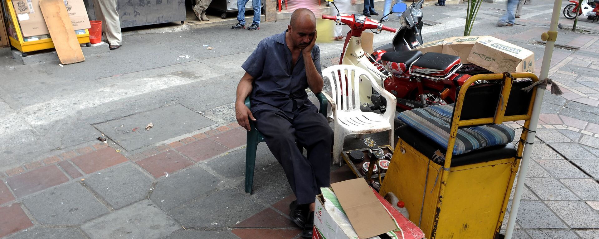 A shoeshiner awaits for customers on May 25, 2010 in Cali, Colombia. - Sputnik Mundo, 1920, 23.02.2021