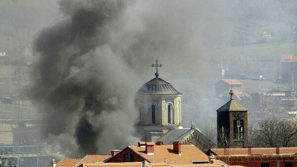 Una iglesia serbia en llamas en Kosovo - Sputnik Mundo