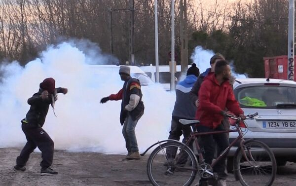 Refugiados se enfrentan a la policía en Francia - Sputnik Mundo