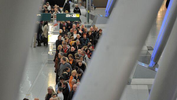 La gente en el aeropuerto de Düsseldorf - Sputnik Mundo