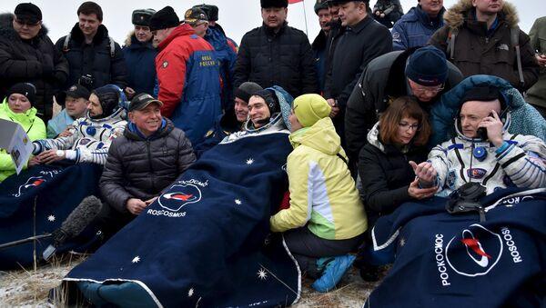 Mijaíl Kornienko, Serguéi Volkov y Scott Kelly tras el aterrizaje de la Soyuz - Sputnik Mundo