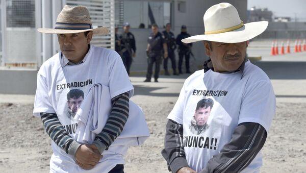Manifestación en contra de la extradición del 'Chapo' en frente del penal de El Altiplano - Sputnik Mundo
