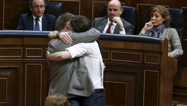 Podemos (We Can) party leader Pablo Iglesias (R) embraces Podem en Comu leader Xavier Domenech  - Sputnik Mundo