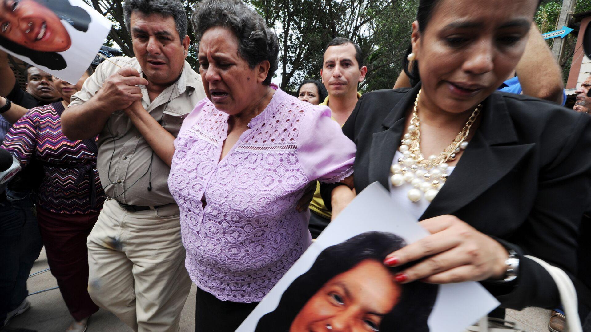 Relatives of murdered indigenous activist Berta Caceres cry, in La Esperanza, 200 km northwest of Tegucigalpa, on March 3, 2016 - Sputnik Mundo, 1920, 08.07.2021