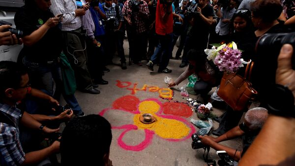 Activists draw a flower on the floor with chalk as part of a makeshift altar for slain environmental rights activist Berta Caceres during a protest outside the morgue in Tegucigalpa, Honduras, March 3, 2016. - Sputnik Mundo