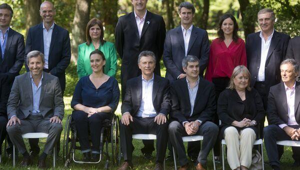 Mauricio Macri, presidente de Argentina, con algunos miembros de su nuevo gabinete - Sputnik Mundo