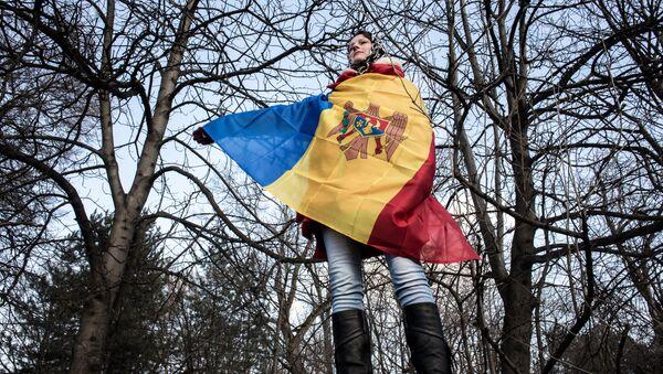 Una mujer con la bandera nacional de Moldavia - Sputnik Mundo