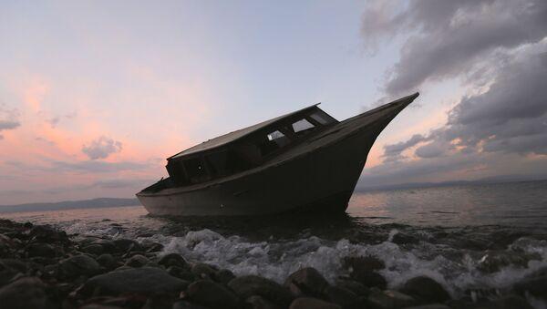 Uno de los botes usados por los refugiados - Sputnik Mundo