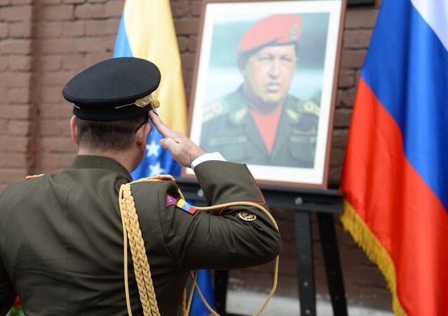 Ofrenda floral ante la placa conmemorativa de Hugo Chávez