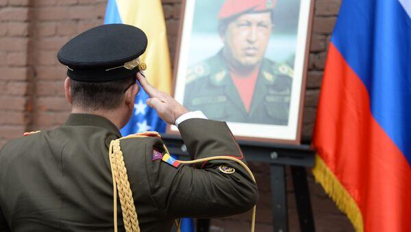 Ofrenda floral ante la placa conmemorativa de Hugo Chávez - Sputnik Mundo