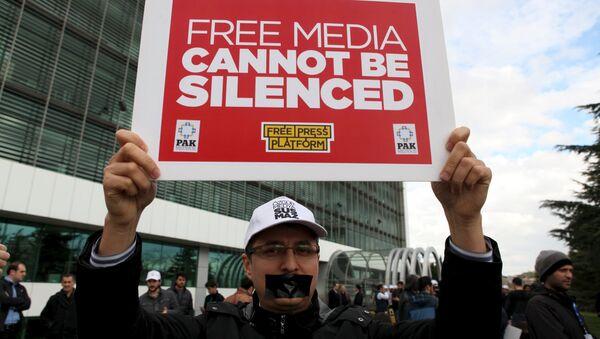 Periodistas del diario opositor Zaman protestan contra la intervención del Estado en los medios - Sputnik Mundo