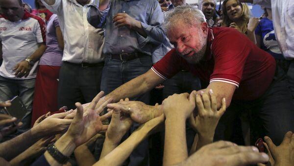Luiz Inácio Lula da Silva, expresidente de Brasil, con sus partidarios - Sputnik Mundo