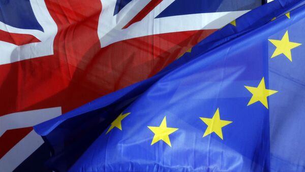Las banderas de Reino Unido y la UE - Sputnik Mundo