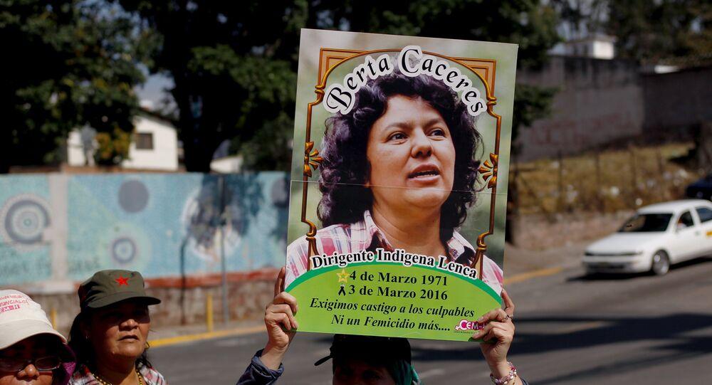 Una activista lleva la foto de Berta Cáceres