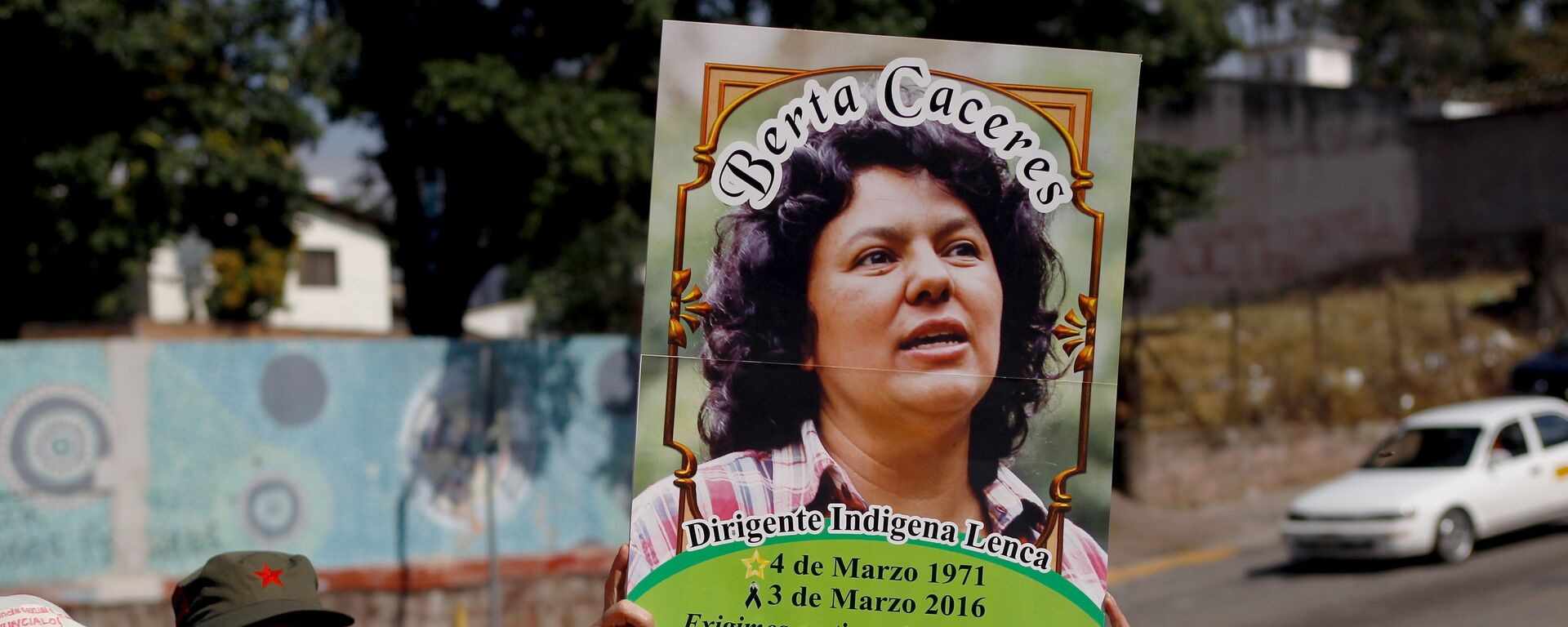 An activist holds up a photo of slain environmental rights activist Berta Caceres during a protest to mark International Women's Day outside the presidential house in Tegucigalpa - Sputnik Mundo, 1920, 01.06.2021